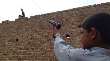 تحلیلګران: د لوبو ټوپکونه کولی شي چې پاکستاني ماشومان د ترهګرۍ خوا ته رهبري کړي