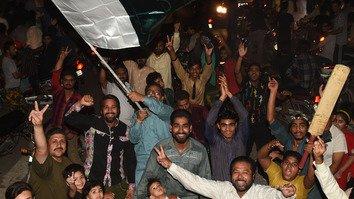 تشدد ځپلې پاکستانیان د کرکټ تاريخي بریا لمانځوي