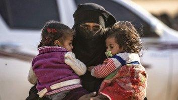 په سوریه کې د داعش ختمېدونکی قلمرو خپل ځان له ژوندي پاتې کسانو څخه تشوي