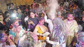 پاکستان کی ہندو برادری نے ہولی منائی، بین المذہبی ہم آہنگی کا پیغام پھیلایا