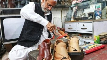 تصاویر میں عیدالفطر سے قبل پشاوری چپل کی فروخت
