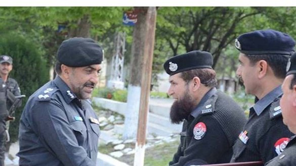 Hazara Regional Police Office Muhammad Saeed Wazir confers with district police officers in April in Mansehra during an inspection of the Karakoram Highway. [Javed Khan]