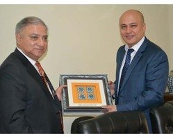 Punjab Board of Investment and Trade Chairman Muzaffar Miraj Khwaja (left) May 25 in Lahore presents a plaque to Uzbek Ambassador to Pakistan Furqat Sidiqov. Sidiqov conferred with PBIT officials to enhance co-operation between Uzbekistan and the Punjab government. [Javed Mahmood]