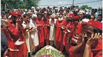ANP members pray at the grave of Muhammad Shoaib Khan in Yar Hussain village, Swabi District, July 18. [Courtesy of Ashfaq Yusufzai]