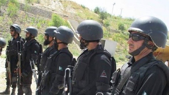 KP Police officers June 5 in Nowshera District undergo counter-terrorism training. [Javed Khan]