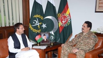 Afghan Ambassador to Pakistan Omar Zakhilwal (left) and Pakistani army chief Gen. Raheel Sharif confer in Rawalpindi in May. [Courtesy of ISPR]