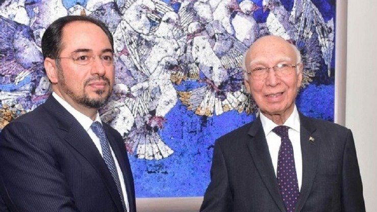 Sartaj Aziz (right), advisor to the Pakistani prime minister on national security, and Afghan Foreign Minister Salahuddin Rabbani meet in August in Islamabad to discuss security issues. Both countries have also entered into a quadrilateral agreement with Tajikistan and China to fight militancy. [Courtesy of Pakistan Press Information Department]