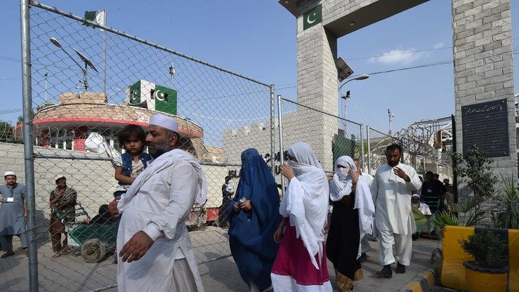 Afghan refugee families return home via the Torkham border crossing in September. [Shahbaz Butt]