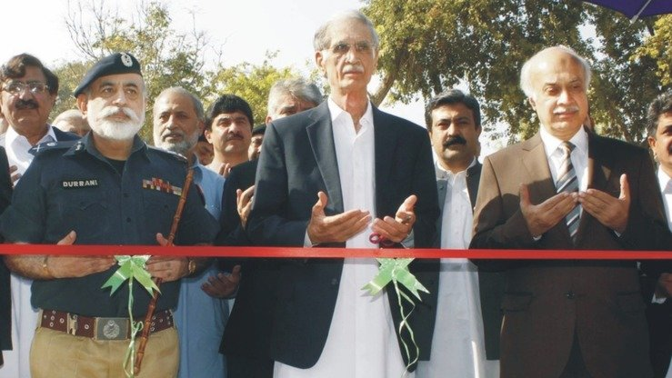 Khyber Pakhtunkhwa Chief Minister Pervez Khattak (centre) and Inspector General of Police Nasir Khan Durrani (left) inaugurate the City Police Patrol in Peshawar November 10. [Javed Khan]