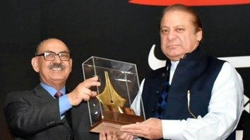 Pakistani Prime Minister Mian Muhammad Nawaz Sharif (right) gives a literary award to Irfan Siddique, his adviser on national history and literary heritage, January 5 in Islamabad. [Courtesy of Amna Nasir Jamal]