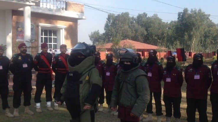 Female Bomb Disposal Squad commandoes participate in a training exercise in Nowshera District in January. Eleven women are part of the 24-member graduating class. [Muhammad Ahil]