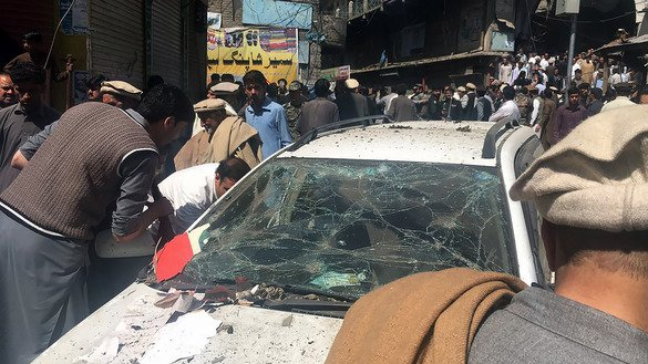 Pakistanis gather at the site of a car bombing in Parachinar, Kurram Agency, March 31. Tehreek-e-Taliban Pakistan faction Jamatul Ahrar claimed responsibility for the blast, which killed at least 22 people in a market. [AFP]