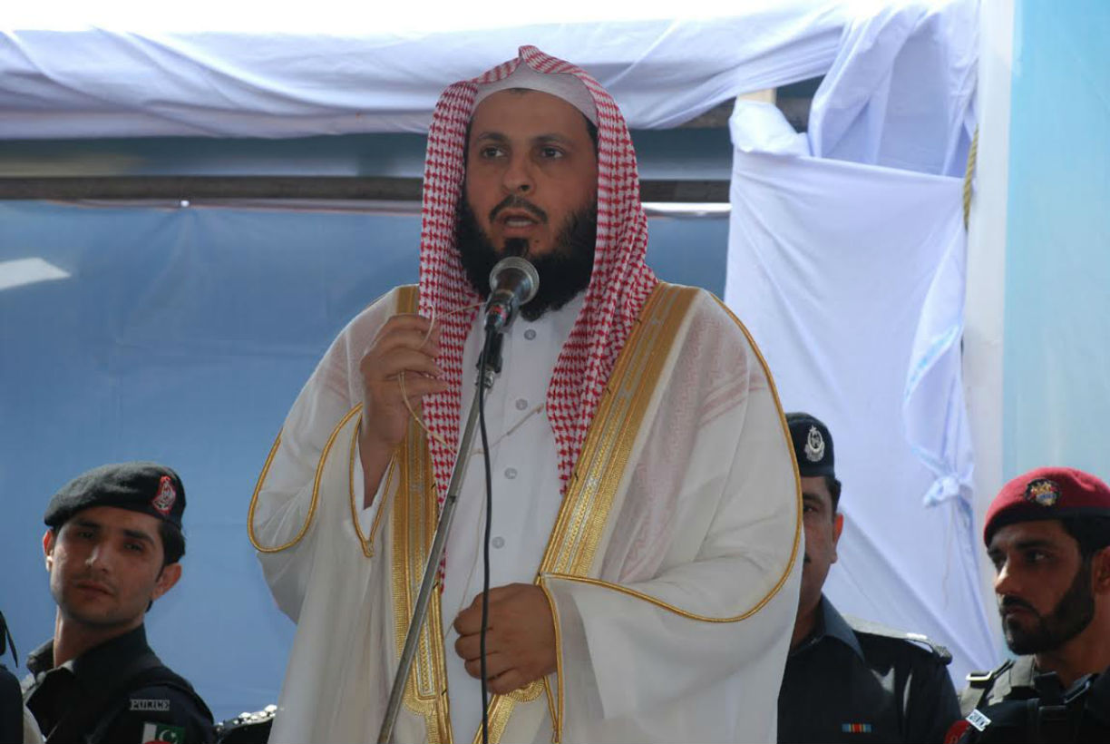 Sheikh Saleh bin Muhammad Ibrahim, the Imam-e-Kaaba (imam of the Grand Mosque in Makkah, Saudi Arabia), speaks to crowds on Friday (April 7) in Nowshera District, Khyber Pakhtunkhwa. [Adeel Saeed]