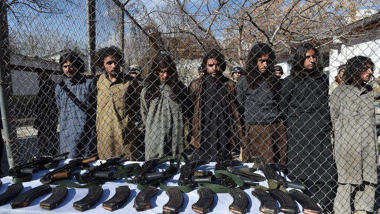 Captured Pakistani Taliban fighters and their seized weapons are presented to media in Kabul January 5, 2016. [Wakil Kohsar/AFP]