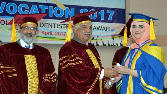 KP Governor Iqbal Zafar Jhagra hands a diploma to a Khyber College of Dentistry graduate April 28. [Courtesy of Governor's House]