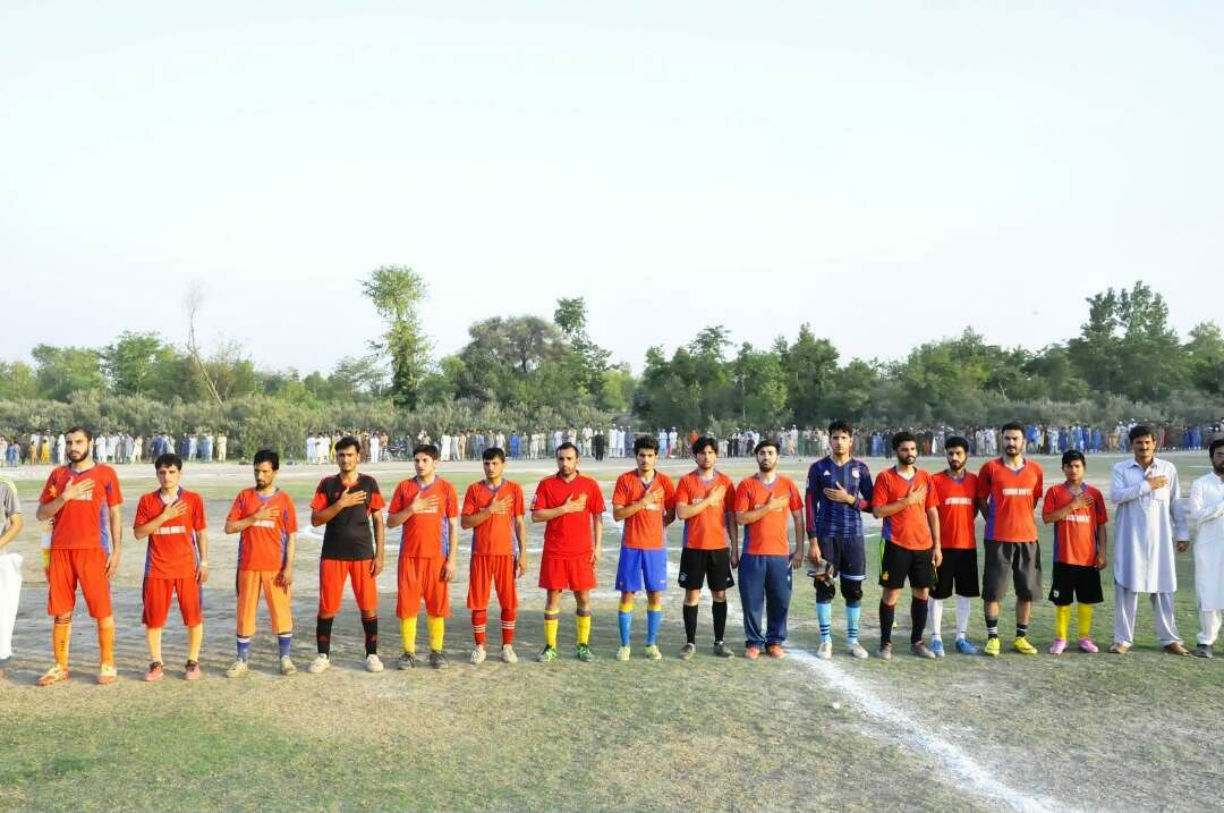 Football teams from Jamrud and Bara stand ready to start the games in Jamrud August 9. [Danish Yousafzai]