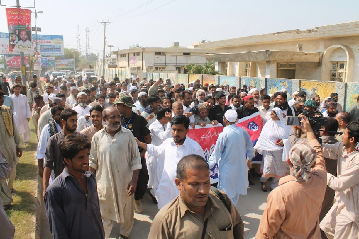 Religious scholars, police and Pakistanis from various walks of life march for peace in Dera Ismail Khan September 28. The marchers sought to promote sectarian harmony during Muharram. [Dera Ismail Khan Police]