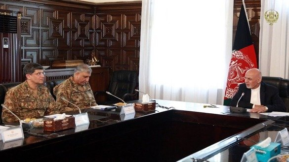 Afghan President Ashraf Ghani (right) and Pakistani Army Chief of Staff Gen. Qamar Javed Bajwa discuss regional security, bilateral relations, peace and stability, and the war on terror during a meeting in Kabul October 1. [Afghanistan Presidential Palace]