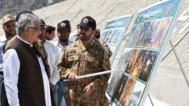 Amry officers brief Khyber Pakhtunkhwa Governor Iqbal Zafar Jhagra (left) about Nahakki Tunnel in April 2016. [Alamgir Khan]
