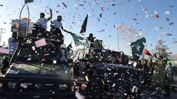 Pakistanis welcome participants in the Pakistan Motor Rally upon their arrival in Quetta October 28. [Banaras Khan/AFP]