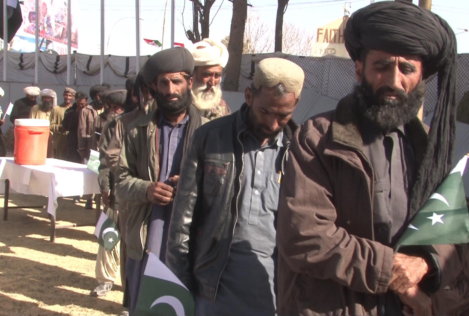 بلوچستان کے سینکڑوں عسکریت پسندوں نے یہ کہ کر ہتھیار ڈال دیے کہ 'ہمیں استعمال کیا گیا'