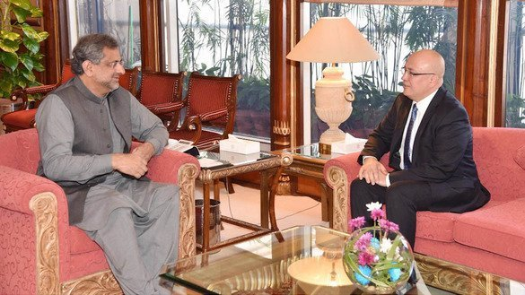 Uzbekistani Ambassador to Pakistan Furqat Sidiqov (right) calls on Pakistani Prime Minister Shahid Khaqan Abbasi at the prime minister's office in Islamabad December 7. [Pakistani Prime Minister's Office]