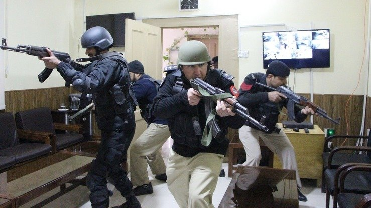 Mock security exercises held in Hayatabad December 14 test the KP Police's alertness in the face of terrorist threats and other crimes.  [KP Police]