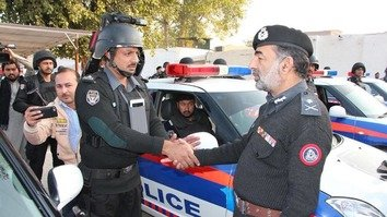 KP Inspector General of Police Salahuddin Khan Mehsud (right) celebrates the first anniversary of the KP Police's City Patrolling Force in Peshawar last December 21. [KP Police]