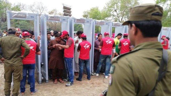 20 مارچ کو لاہور میں قذافی سٹیڈیم کے باہر تماشائی سیکیورٹی چیکس سے گزر رہے ہیں۔ [عبدالناصر خان]