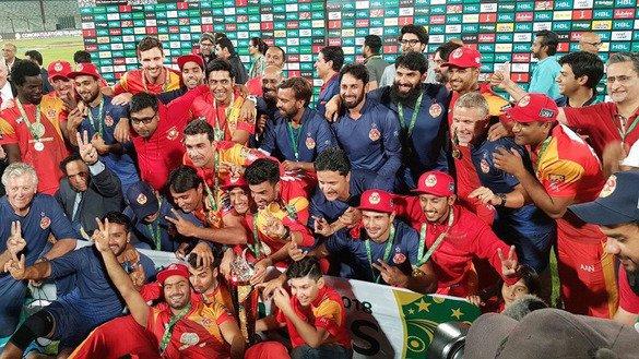 25 مارچ کو اسلام آباد یونائیٹڈ کے کھلاڑی اور عملہ کے ارکان کراچی میں تیسرے پاکستان سپر لیگ فائنل میں فتح کا جشن منا رہے ہیں۔ [پاکستان سپر لیگ]