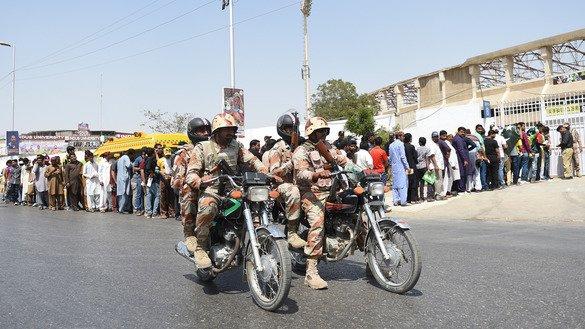25 مارچ کو نیشنل کرکٹ سٹیڈیم کے باہر پاکستانی رینجرز گشت کر رہے ہیں۔ [رضوان تبسم/اے ایف پی]