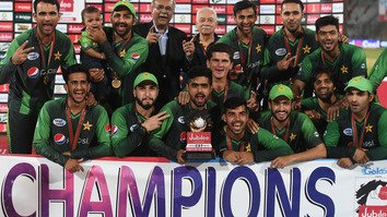 Pakistani cricketers pose with the trophy in Karachi after their 3-0 sweep in the Twenty20 (T20) International cricket series April 1-3. [Asif Hassan/AFP]