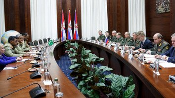 Chief of the General Staff of the Russian Armed Forces Gen. Valery Gerasimov and Pakistani Chief of Army Staff Gen. Qamar Javed Bajwa discuss regional security issues in Moscow on March 25. [Russian Ministry of Defence]