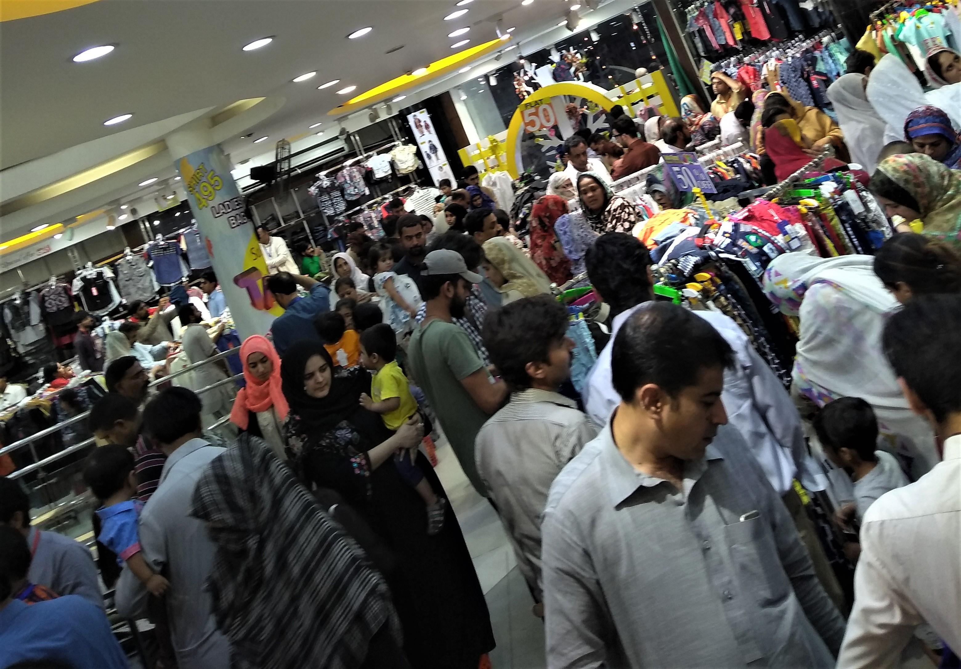 تصاویر میں: عید الفطر سے قبل پاکستانیوں کا بازاروں میں رش