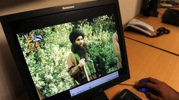 A Pakistani journalist watches a video of former TTP leader Mullah Fazlullah in Peshawar July 23, 2010. [A. Majeed/AFP]