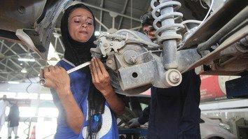 Female car mechanic Uzma Nawaz drives change in Pakistan