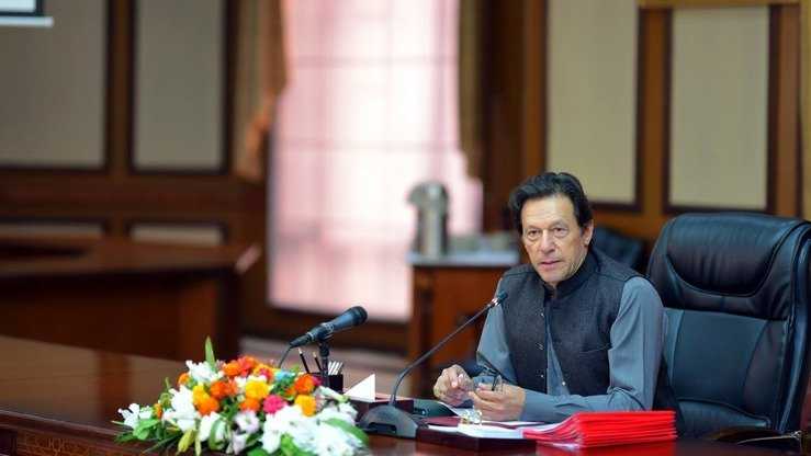 Prime Minister Imran Khan chairs a cabinet meeting November 1. In an October 31 televised speech, he denounced extremists who protested the Supreme Court's acquittal of Christian woman Asia Bibi. [Imran Khan/Facebook]
