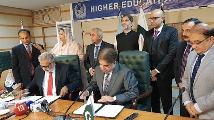 Officials of the National Counter Terrorism Authority (NACTA) and Higher Education Commission (HEC) October 25 in Islamabad sign a memorandum of understanding to establish an effective partnership for fighting extremism and terrorism in Pakistan. [NACTA]