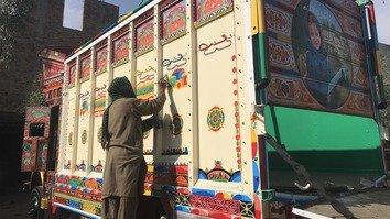 لڑکیوں کے لیے زندگی کا مطلب بدلتے ہوئے -- ایک وقت میں ایک ٹرک