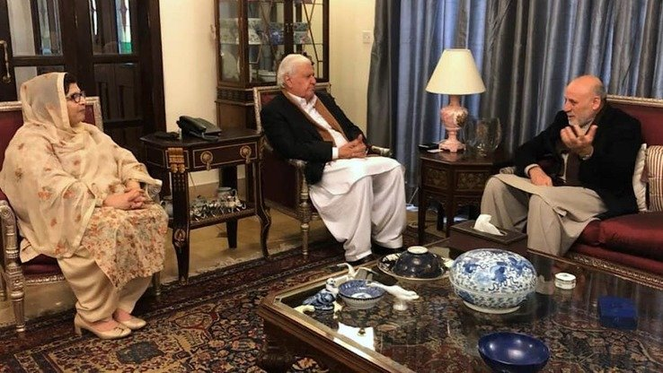 President Ashraf Ghani's special envoy for regional affairs and peace, Mohammad Umer Daudzai (right), and Qaumi Watan Party chief Aftab Ahmad Khan Sherpao (centre) discuss potential peace talks with the Taliban, January 10 in Islamabad. [Afghan High Peace Council/Facebook]