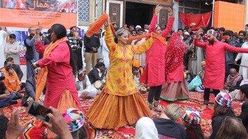 سندھ کے رہائشیوں نےصوفی مزار پر بم حملے کو دو برس پورے ہونے پر یگانگت کا مظاہرہ کیا