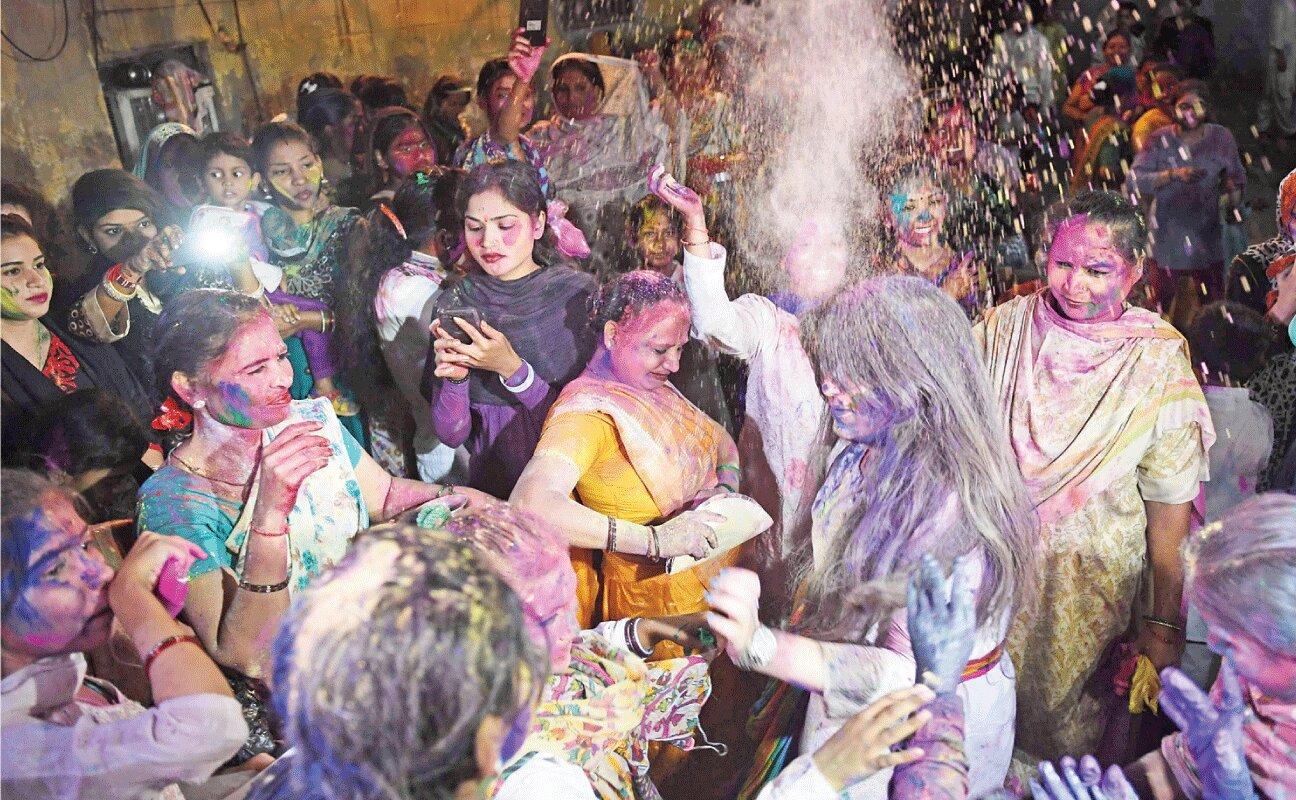 Pakistani Hindus celebrate Holi, spread message of inter-faith harmony