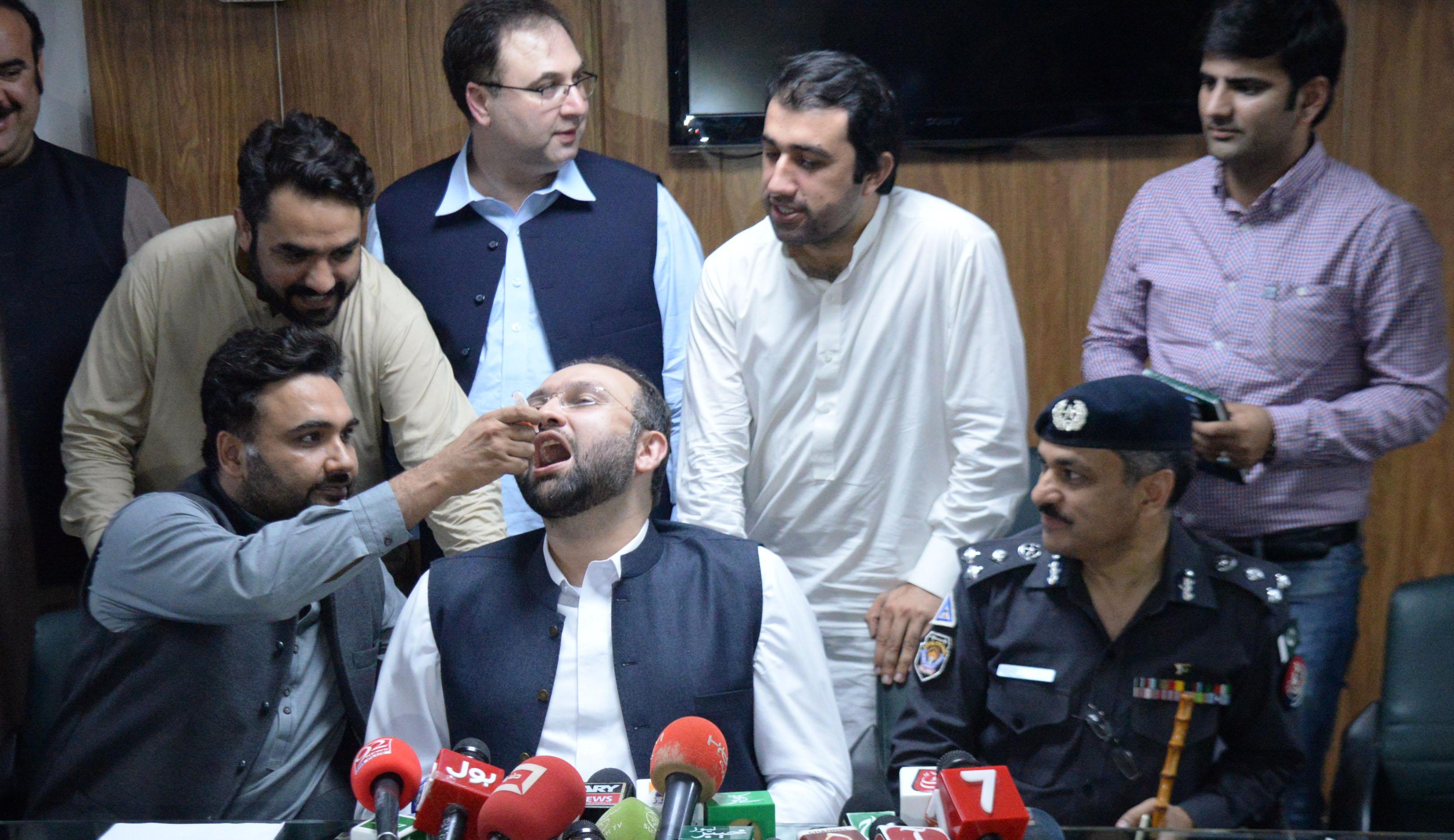 جعلی ویڈیوز کی وجہ سے سراسیمگی پھیلنے کے بعد پاکستان کا پولیو ویکسینیشن جاری رکھنے کا عہد
