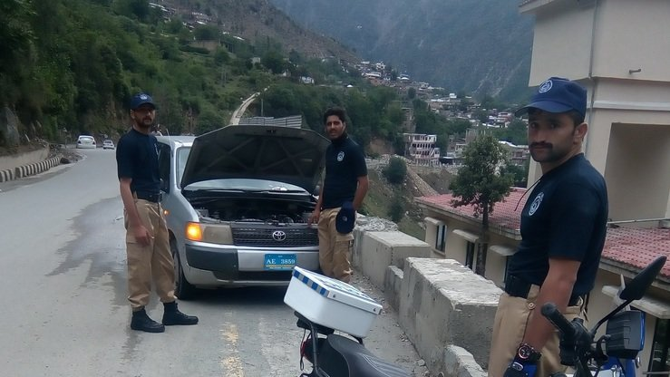 Police officers are deployed at Kalam road in Swat District to facilitate tourists, manage traffic and maintain law and order. [Malakand Police]