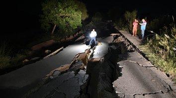 افواجِ پاکستان، امدادی اہلکار تباہ کن زلزلے کے متاثرین تک پہنچنے میں کوشاں