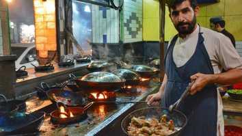 تصاویر میں: امن کی بحالی کے بعد پشاور کے ریستورانوں میں لوگوں کا ہجوم